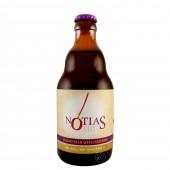 Bouteille de bière Notias et son verre sur une plage Grecque